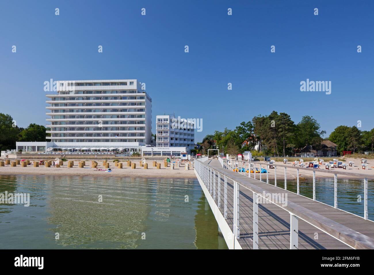 Pier et Hotel Bellevue à Timmendorfer Strand / Plage Timmendorf, station balnéaire le long de la mer Baltique, Ostholstein, Schleswig-Holstein, Allemagne Banque D'Images