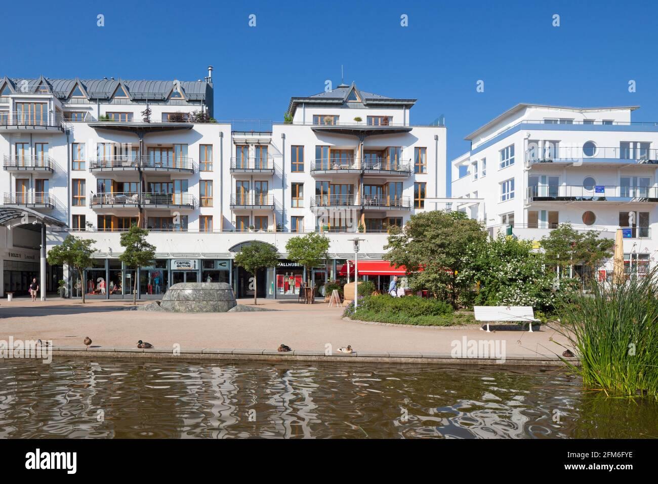Promenade avec boutiques et appartements à Timmendorfer Strand / Plage Timmendorf le long de la mer Baltique, Ostholstein, Schleswig-Holstein, Allemagne Banque D'Images
