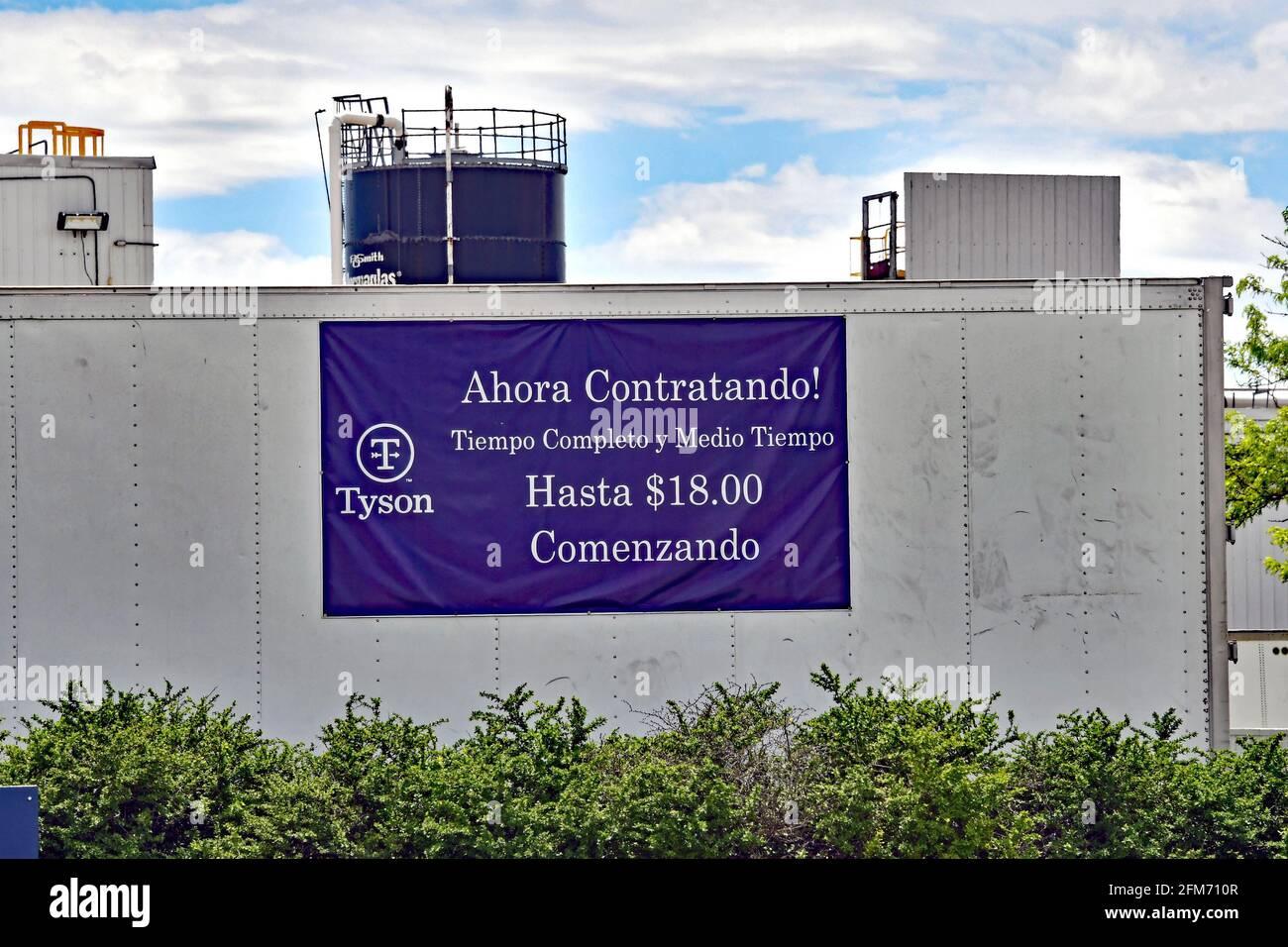 Emporia, Kansas, États-Unis. 6 mai 2021. Des panneaux d'embauche en anglais et en espagnol sont maintenant affichés autour de l'entrée de l'usine Tyson Fresh Meats à Emporia, Kansas, alors que les entreprises cherchent à embaucher des employés et à augmenter la production normale après la pandémie COVID-19 le 6 mai 2021. Crédit : Mark Reinstein/Media Punch/Alamy Live News Banque D'Images