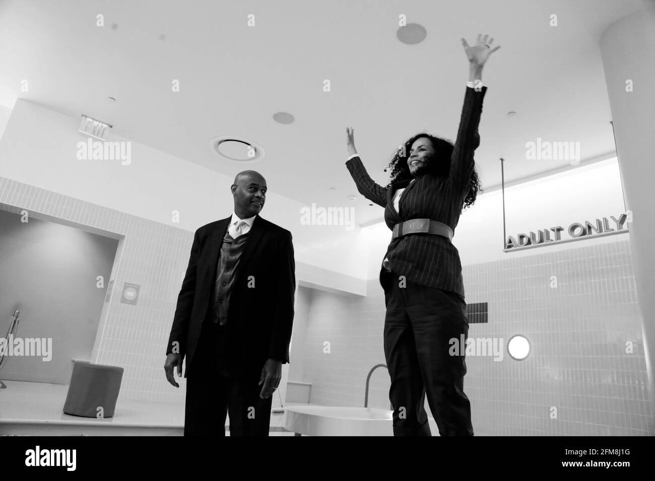 New York, NY, États-Unis. 6 mai 2021. Le candidat Mayoral de New York, Ray McGuire, et l'auteur/producteur de télévision, Crystal McGuire, assistent à un forum avec des chefs d'entreprise sur ses lignes directrices pour le retour de New York, organisé par Manish Vora, co-PDG et fondateur du musée de la crème glacée, puis sert de la crème glacée à la communauté du Section Soho de New York le 6 mai 2021. Crédit : Mpi43/Media Punch/Alamy Live News Banque D'Images