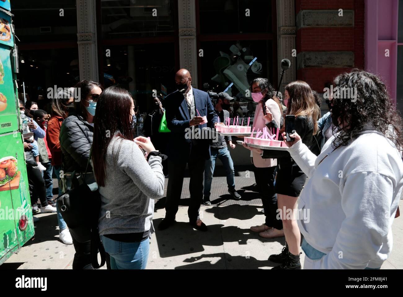 New York, NY, États-Unis. 6 mai 2021. Le candidat Mayoral de New York City Ray McGuire participe au forum avec des chefs d'entreprise sur ses directives pour le retour de New York organisé par Manish Vora - Co-PDG et fondateur - Museum of Ice Cream et sert ensuite Ice Cream à la communauté dans la section Soho de New York Ville le 6 mai 2021. Crédit : Mpi43/Media Punch/Alamy Live News Banque D'Images
