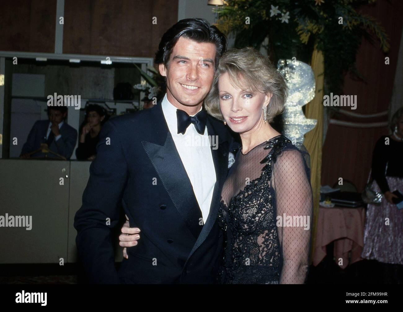 Pierce Brosnan et sa femme Cassandra Harris lors de la 42e édition annuelle du Golden Globe Awards à l'hôtel Beverly Hilton de Beverly Hills, Californie le 26 janvier 1985 crédit: Ralph Dominguez/MediaPunch Banque D'Images