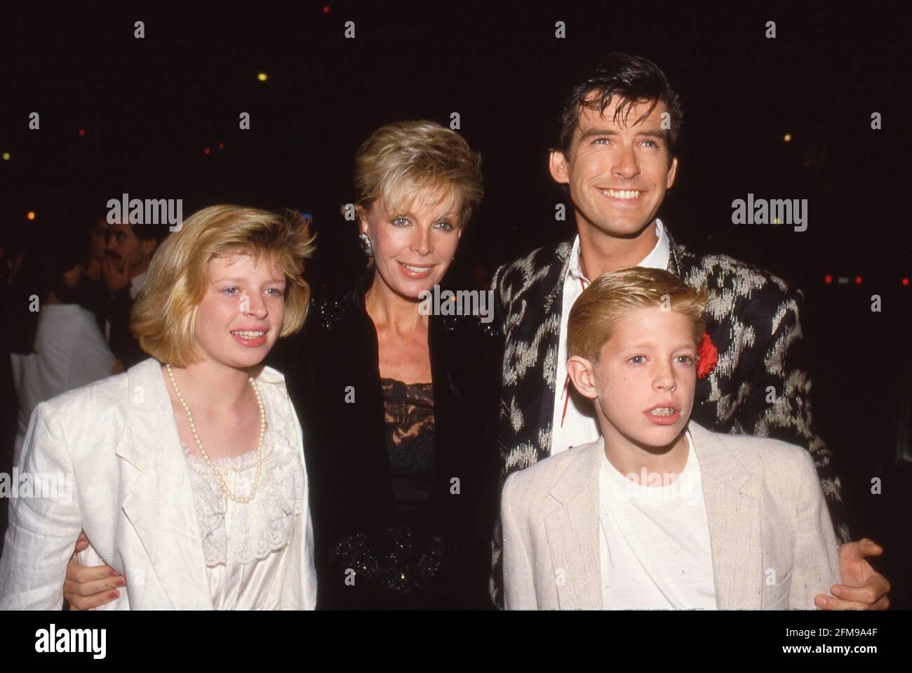 Pierce Brosnan avec Chris Brosnan, Cassandra Harris et Charlotte Brosnan Circa 1986 crédit: Ralph Dominguez/MediaPunch Banque D'Images