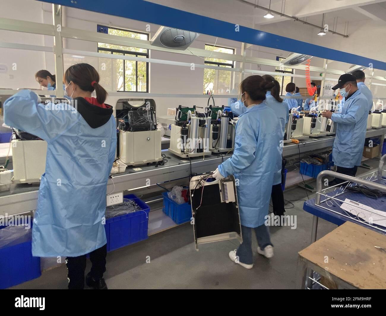 (210507) -- ZHENGZHOU, 7 mai 2021 (Xinhua) -- photo du dossier prise le 15 avril 2021 montre les membres du personnel travaillant sur la chaîne de production de Zhengzhou Olive Electronic Technology Co., Ltd. À Zhengzhou, capitale de la province de Henan en Chine centrale. (Xinhua) Banque D'Images