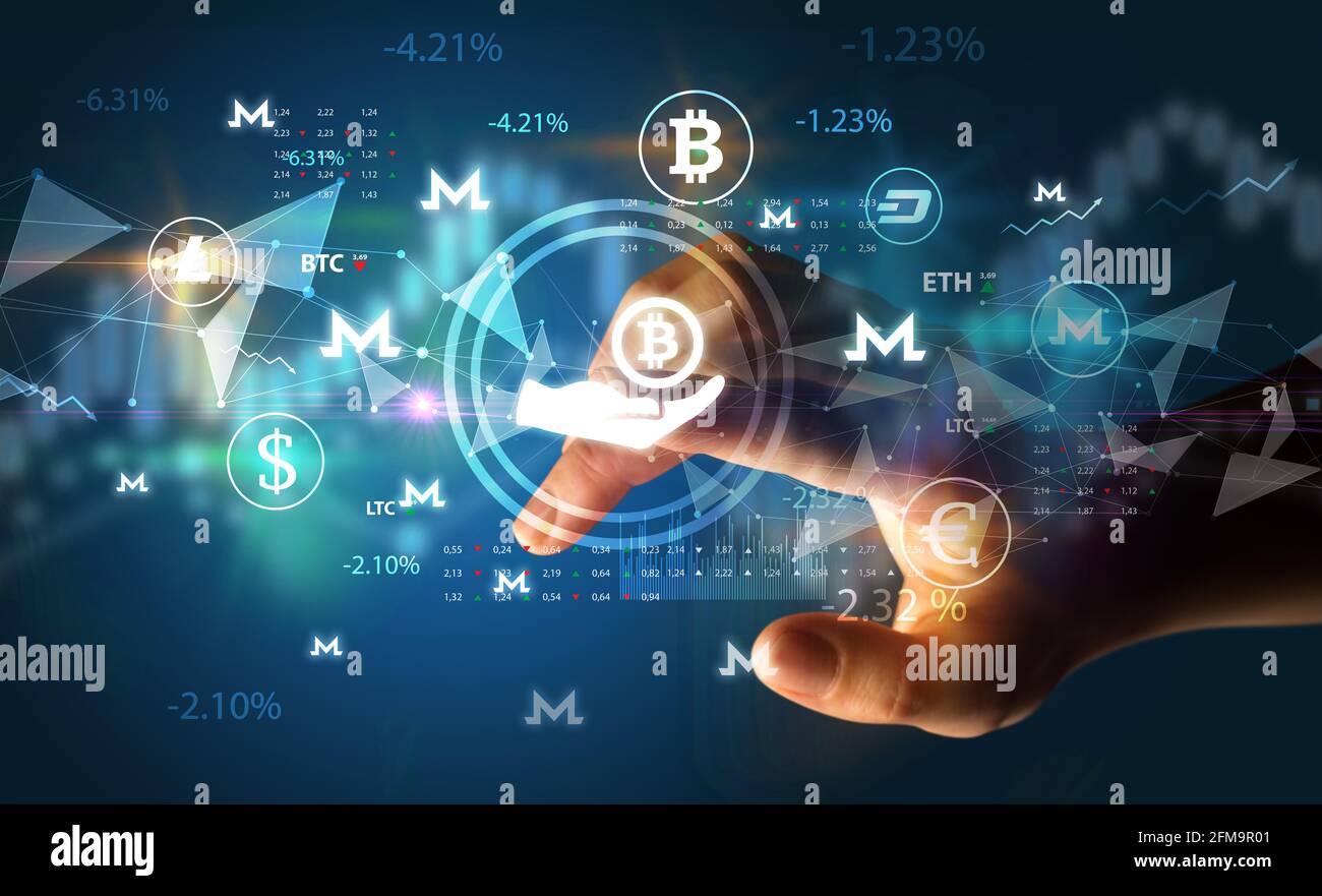 Personne d'affaires poussant le symbole de devise sur l'écran tactile multimédia Banque D'Images