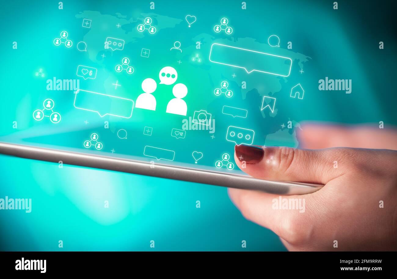 Gros plan d'une main avec tablette, concept de réseaux sociaux Banque D'Images