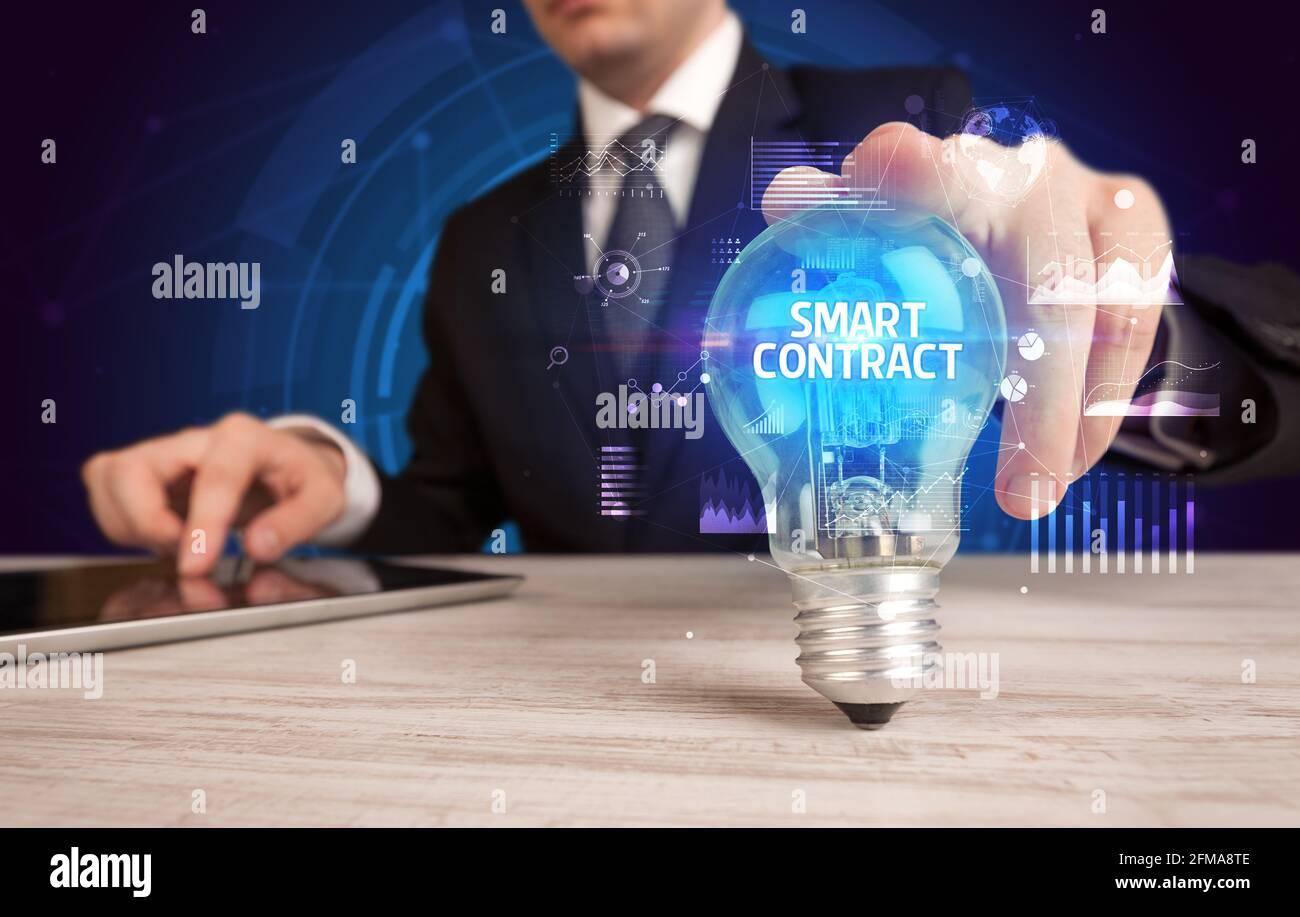 Homme d'affaires tenant une ampoule, nouveau concept d'affaires Banque D'Images