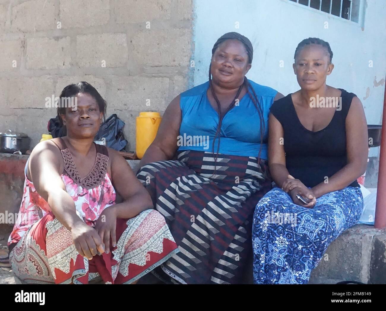 Siavonga, Zambie. 7 mai 2021. Ruth Kubota (L), Nailes Munga (C) et Mary Moonga, promoteurs de l'éducation des filles, sont vues dans la ville touristique de Siavonga, dans le sud de la Zambie, le 1er mai 2021. Crédit : Lillian Banda/Xinhua/Alay Live News Banque D'Images