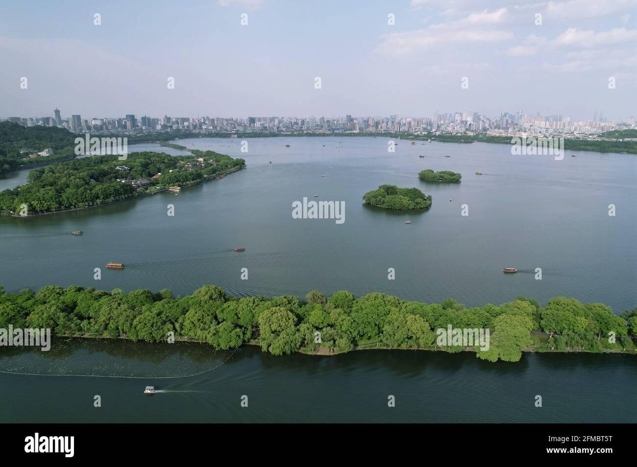 Hangzhou. 7 mai 2021. La photo aérienne prise le 7 mai 2021 montre une vue sur la région pittoresque du lac Ouest à Hangzhou, capitale de la province de Zhejiang en Chine orientale. Crédit: Long Wei/Xinhua/Alay Live News Banque D'Images
