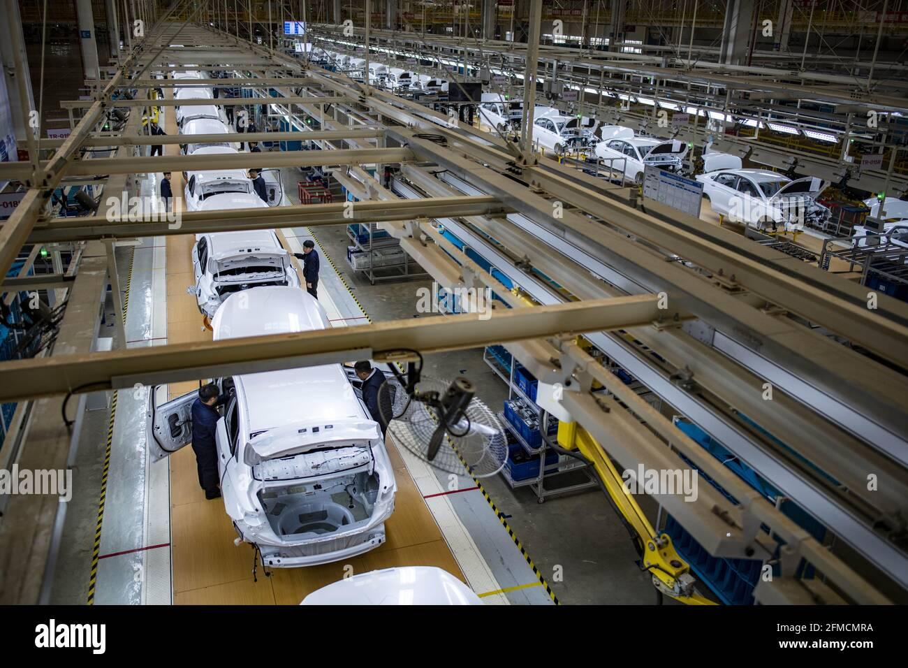 (210508) -- BEIJING, 8 mai 2021 (Xinhua) -- la photo prise le 3 décembre 2020 montre une ligne de production de véhicules à énergie nouvelle à Kunming, dans la province du Yunnan, dans le sud-ouest de la Chine. (Xinhua/Jiang Wenyao) Banque D'Images