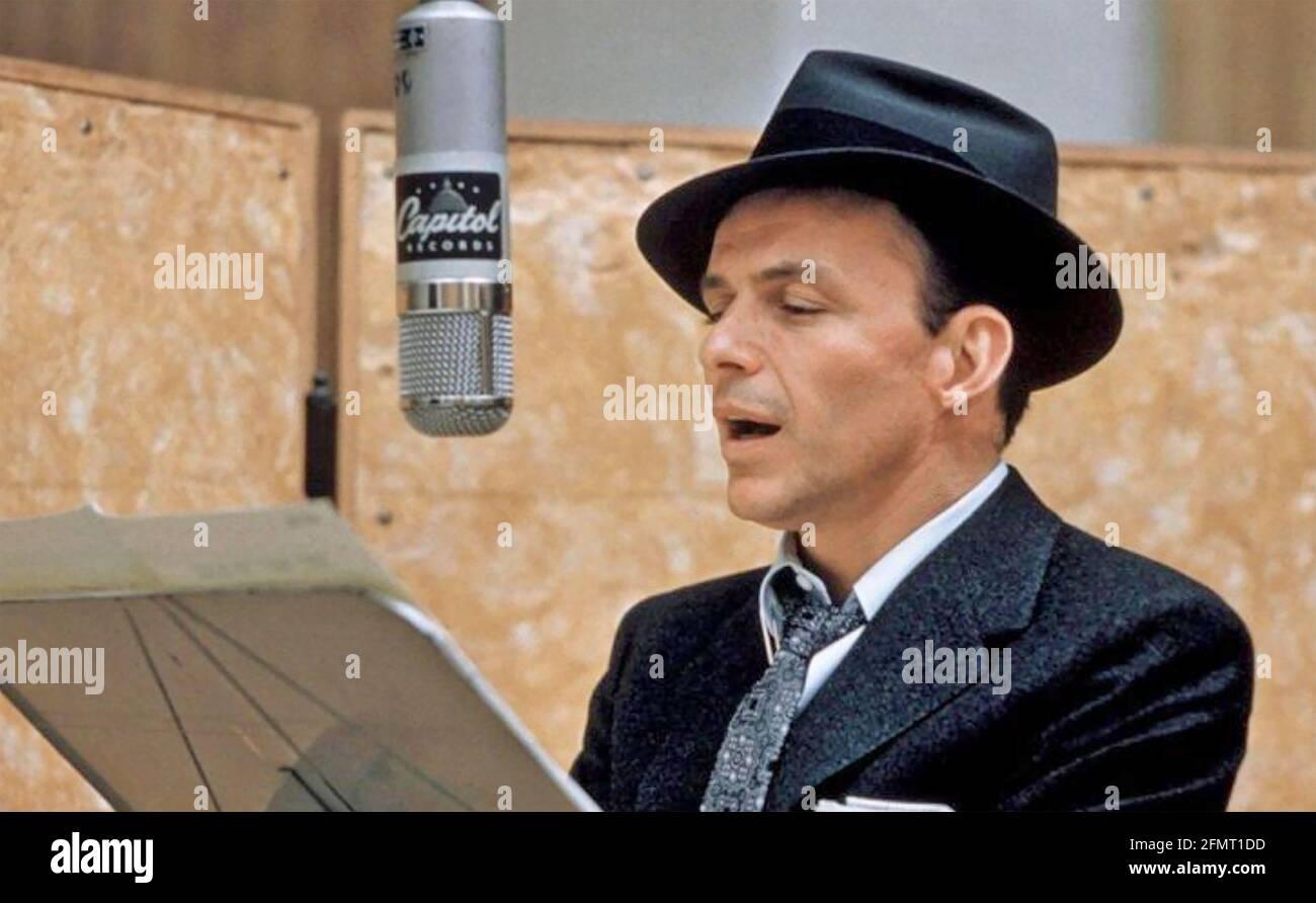 FRANK SINATRA (1915-1998) chanteur et acteur américain en 1967 Pendant l'enregistrement de l'album Come Fly with Me Banque D'Images