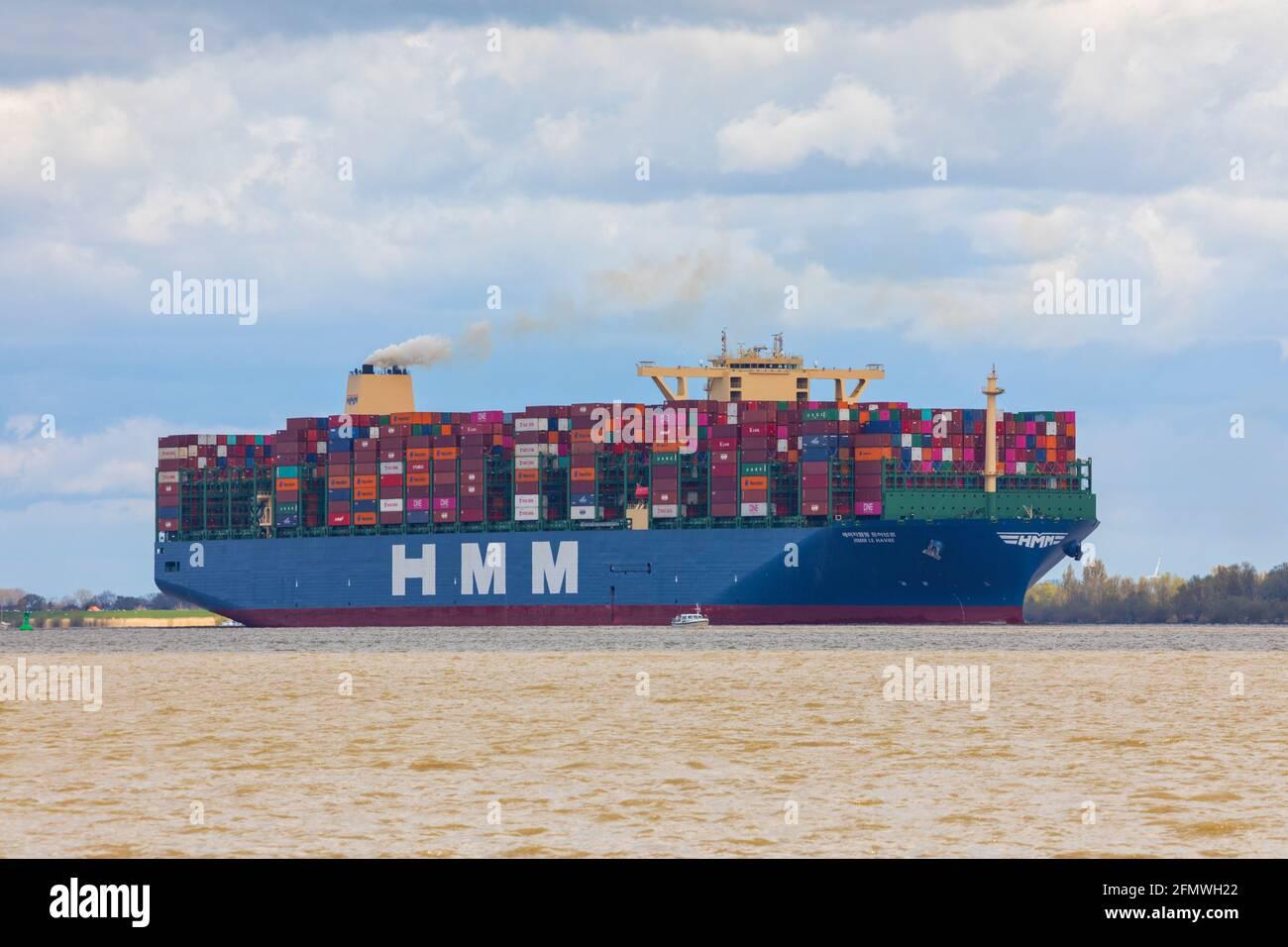 Stade, Allemagne – 7 mai 2021 : HMM LE HAVRE, avec ses navires sœurs de la classe MEGAMAX, le plus grand navire à conteneurs au monde, en direction de Hambourg Banque D'Images