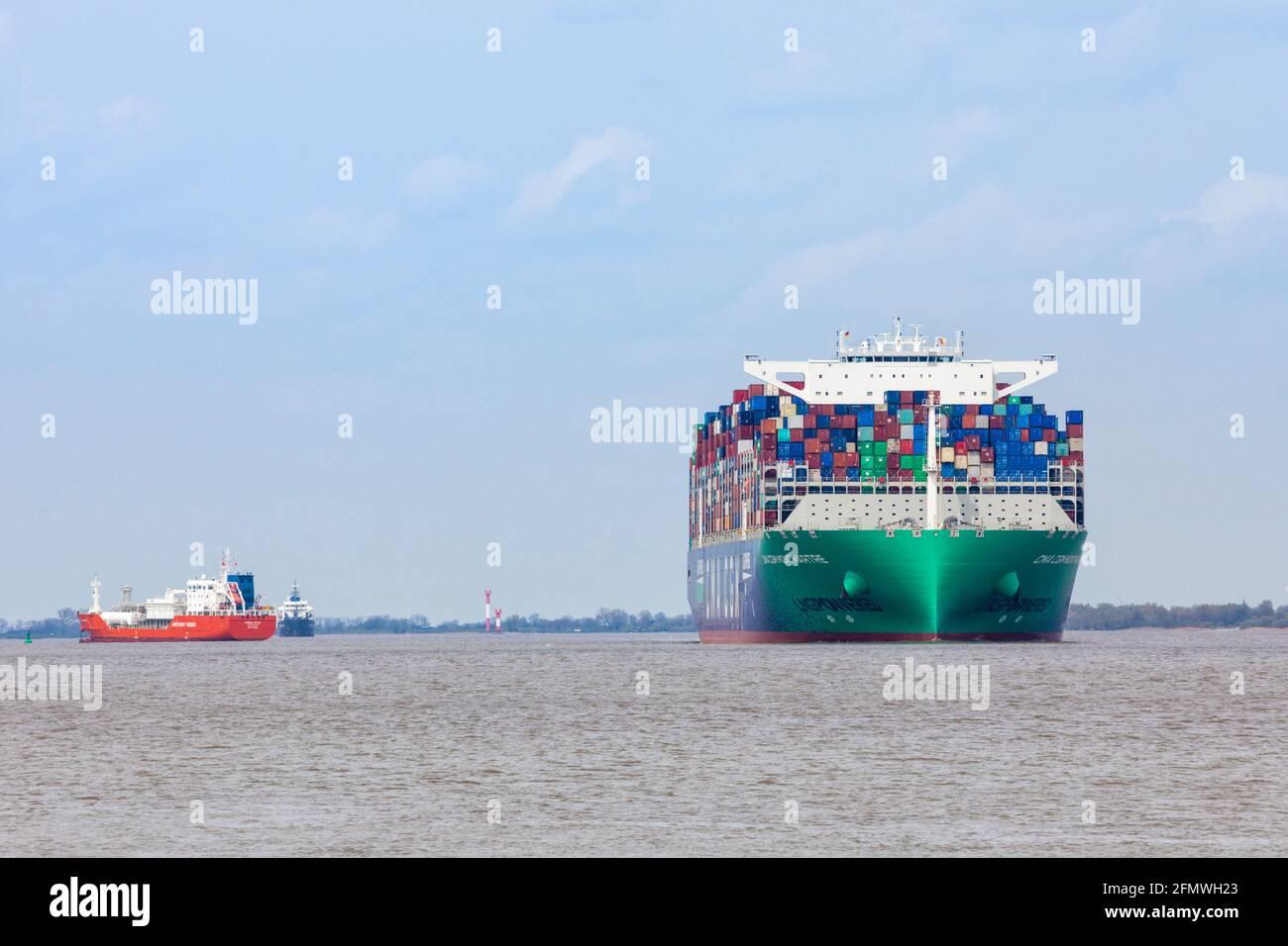 Stade, Allemagne – 8 mai 2021 : CMA CGM Montmartre, l'un des plus grands conteneurs alimentés par le gaz naturel liquide, sur l'Elbe en direction de Hambur Banque D'Images