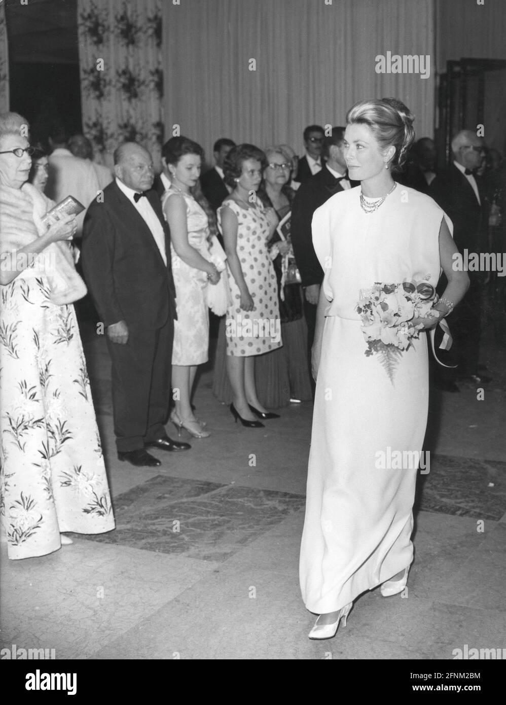 Kelly, Grace, 12.11.1929 -, 14.9.1982, actrice américaine, Pleine longueur, pendant la réception, Monte Carlo, DROITS-SUPPLÉMENTAIRES-AUTORISATION-INFO-NON-DISPONIBLE Banque D'Images