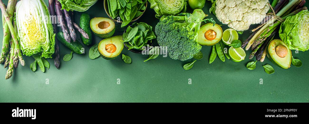 Alimentation saine alimentation de printemps. Assortiment de légumes frais crus biologiques verts - brocoli, chou-fleur, courgettes, concombres, asperges, épinards Banque D'Images