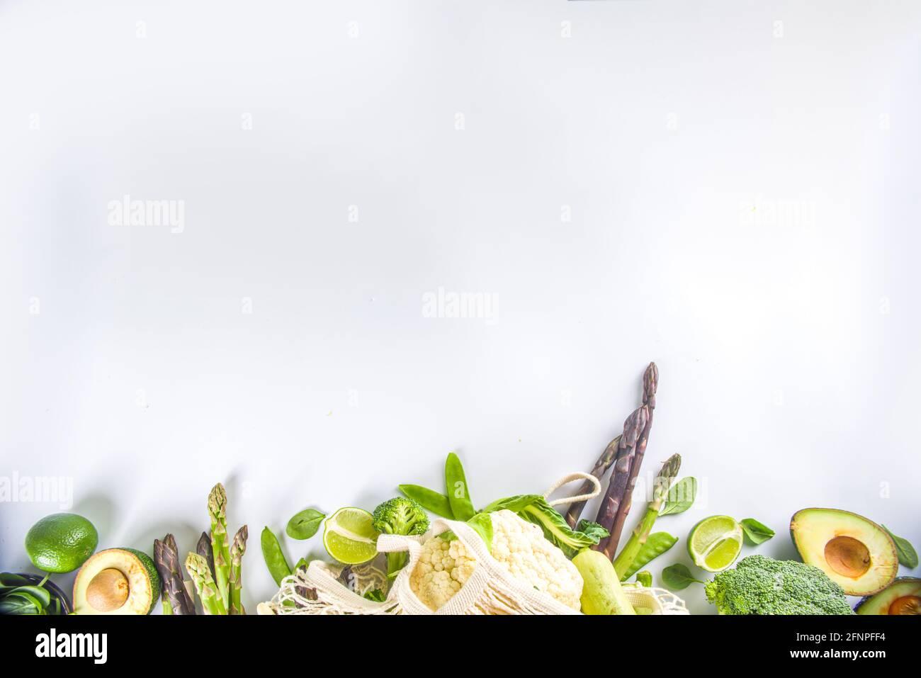 Green veggie shopping concept, sac réutilisable écologique avec divers légumes verts frais sur fond blanc vue du dessus Banque D'Images