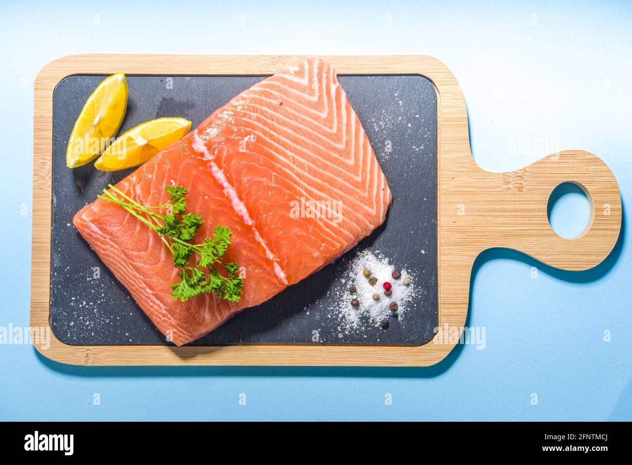 Steak de saumon frais cru aux épices pour la cuisine, préparation de la nourriture arrière-plan vue de dessus espace copie Banque D'Images