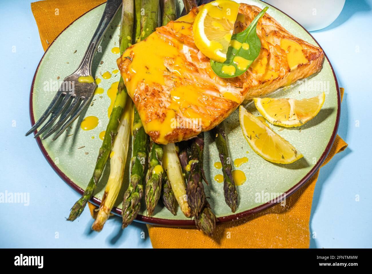Nourriture saine végétalienne, recette de keto régime, steak de saumon grillé cuit avec asperges vertes, blanches, pourpres, bleu clair soleil éclairé arrière-plan vue du dessus Banque D'Images
