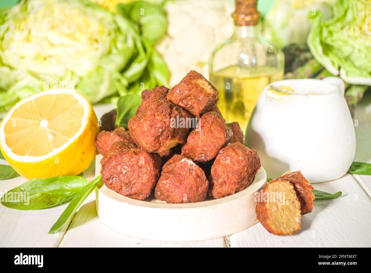 Plat moyen-oriental ou arabe, patties de falafel aux pois chiches rôtis avec sauce au yaourt à l'ail, laitue et légumes verts frais Banque D'Images