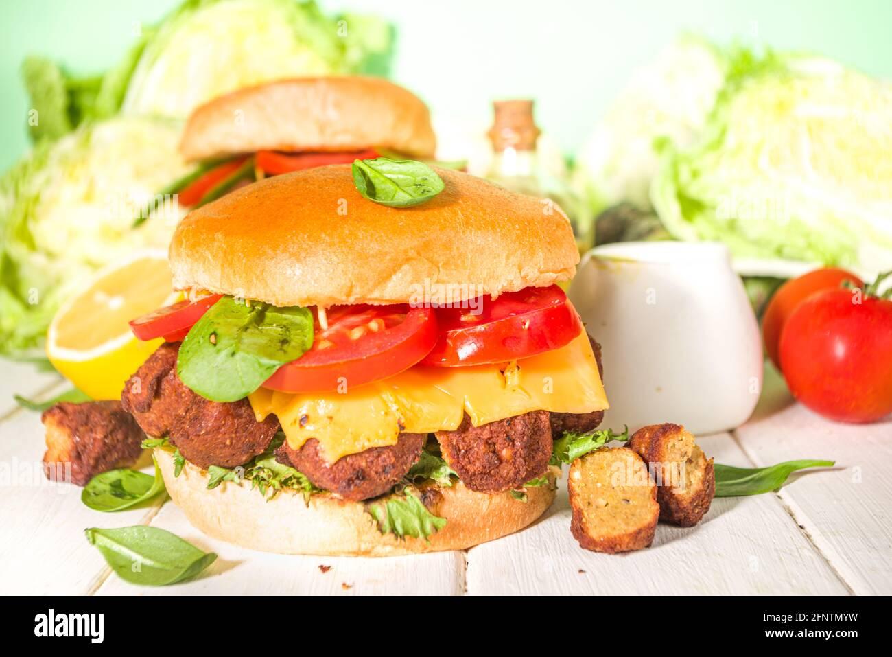 Falufel et hamburger de légumes frais. Cheeseburger végétalien avec falafel rôti, cuisine traditionnelle israélienne, avec un espace de copie de sauce au yaourt Banque D'Images