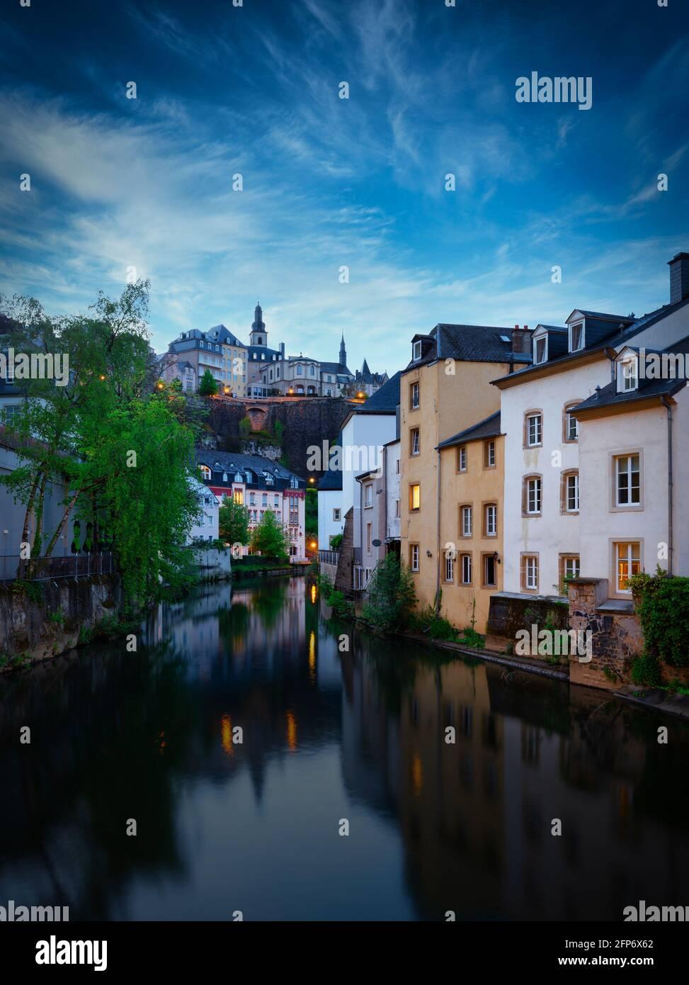 Rivière Alzette dans la soirée avec de belles réflexions, ville de Luxembourg, terre. Europe, Benelux. Banque D'Images