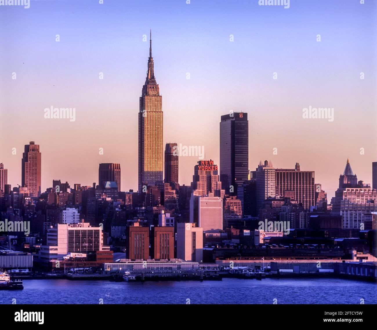 2006 BÂTIMENT HISTORIQUE DE L'EMPIRE STATE (©SHREVE LAMB & HARMON 1931) HORIZON MIDTOWN HUDSON RIVER MANHATTAN NEW YORK CITY USA Banque D'Images