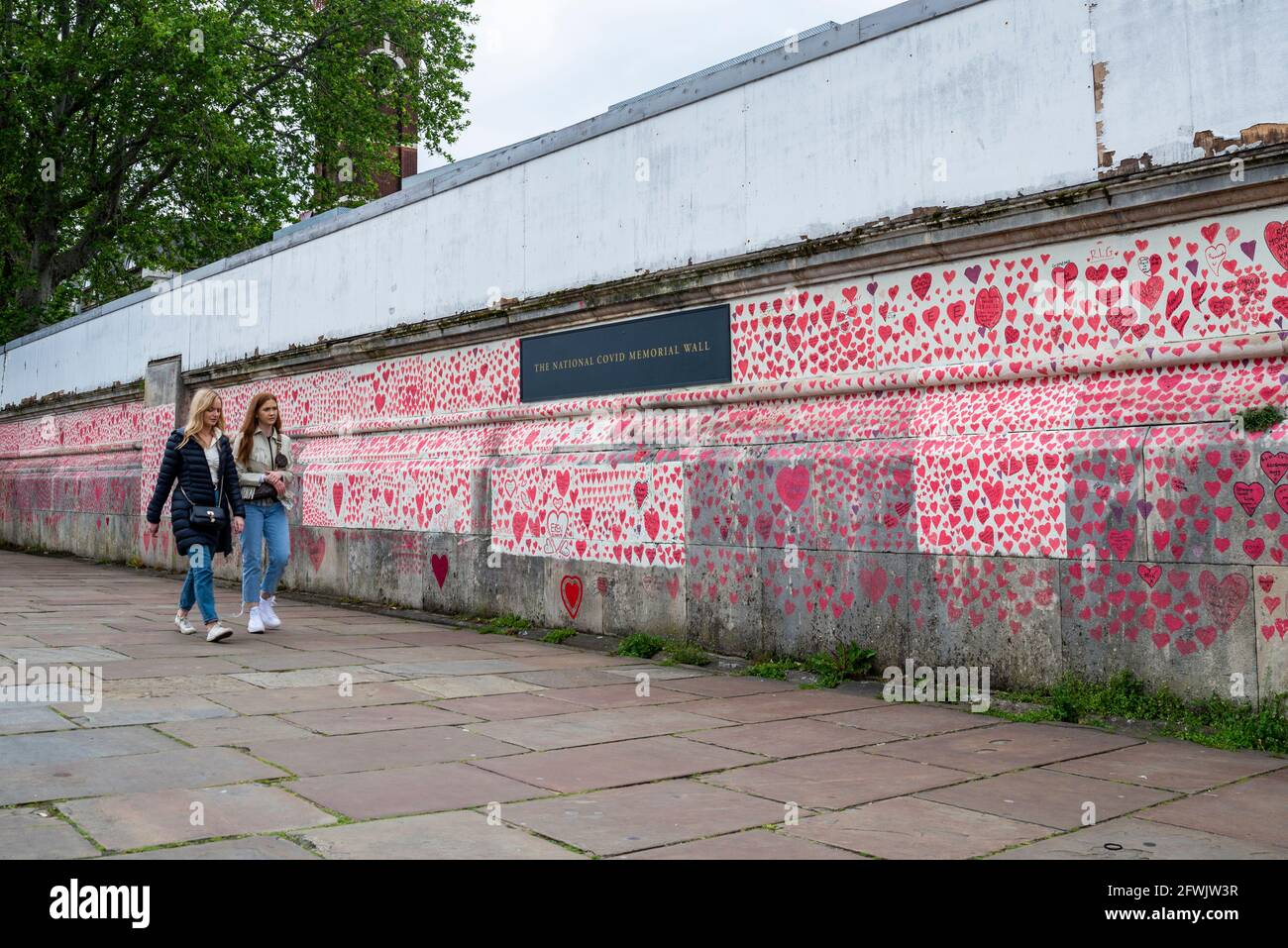 Mur commémoratif national de Covid lors d'un sinistre jour couvert à Lambeth, Londres, Royaume-Uni. Coeurs rouges tirés sur un mur représentant chaque mort de COVID 19. Personnes Banque D'Images