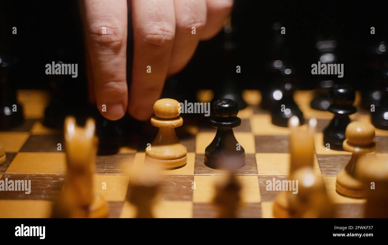 La personne utilise le pion sur le plateau dans le jeu d'échecs. Banque D'Images