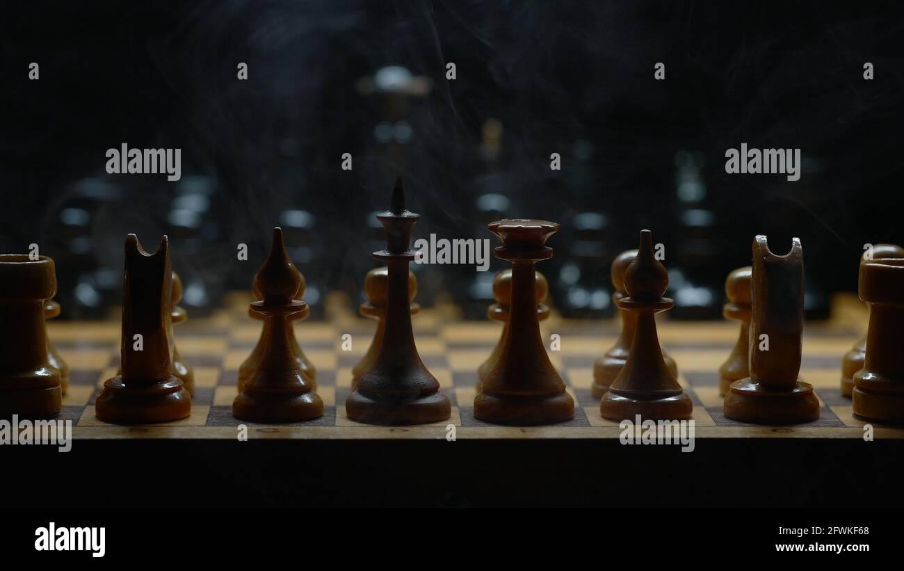 Jeu d'échecs illuminé avec effet de fumée. Adapté aux publicités. Banque D'Images