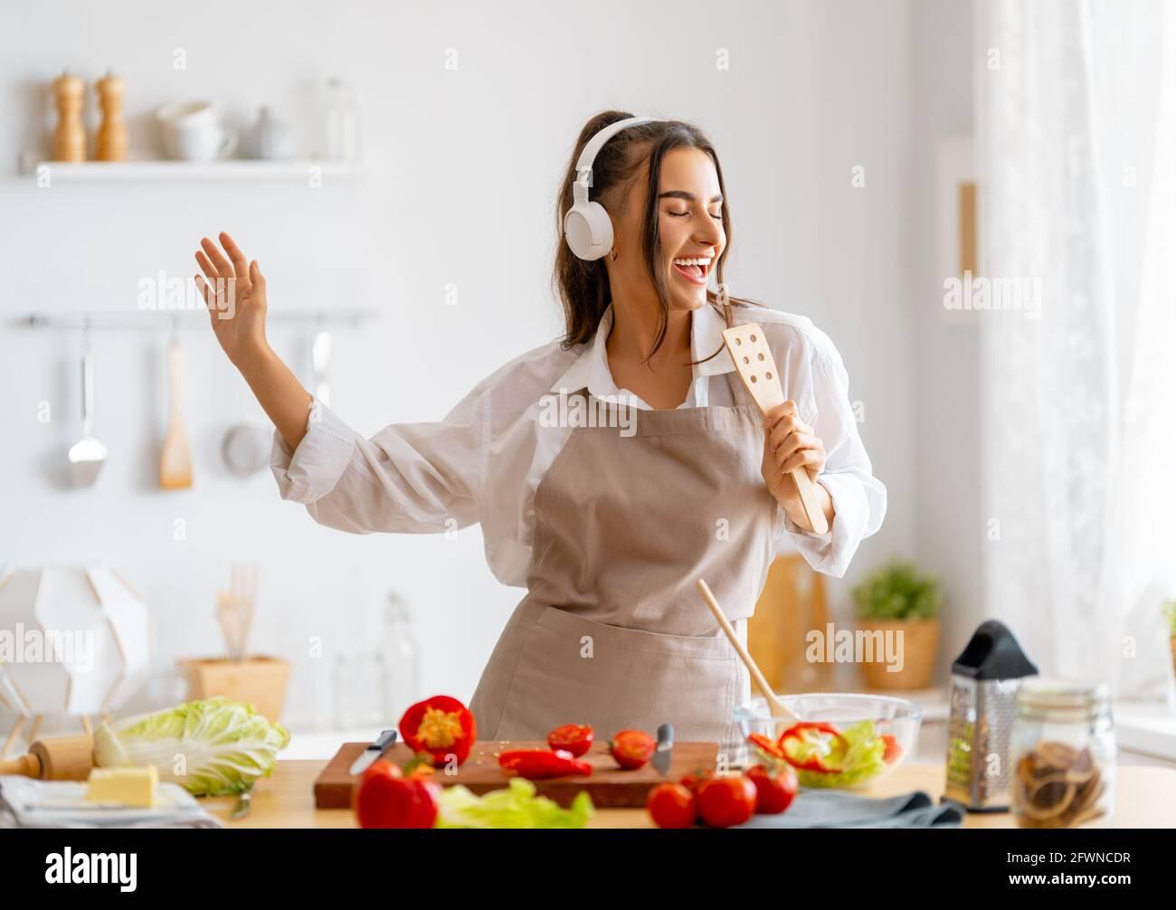Une alimentation saine à la maison. La femme prépare le bon repas dans la cuisine. Banque D'Images