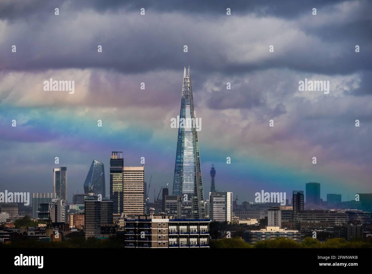 Londres, Royaume-Uni. 24 mai 2021. Météo au Royaume-Uni : un énorme arc-en-ciel se brise au-dessus du gratte-ciel de Shard après une brève tempête matinale. Credit: Guy Corbishley/Alamy Live News Banque D'Images