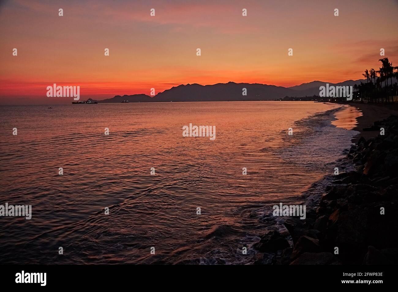 Lever du soleil au front de mer de Dili City. Banque D'Images