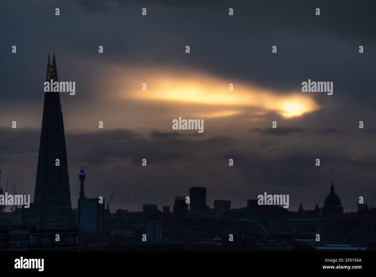 Londres, Royaume-Uni. 24 mai 2021. Météo au Royaume-Uni : une pause dans les nuages permet à la lumière du soleil de la dernière soirée d'éclater au-dessus de la ville avec le gratte-ciel de Shard et les monuments de la cathédrale Saint-Paul en vue. Credit: Guy Corbishley/Alamy Live News Banque D'Images