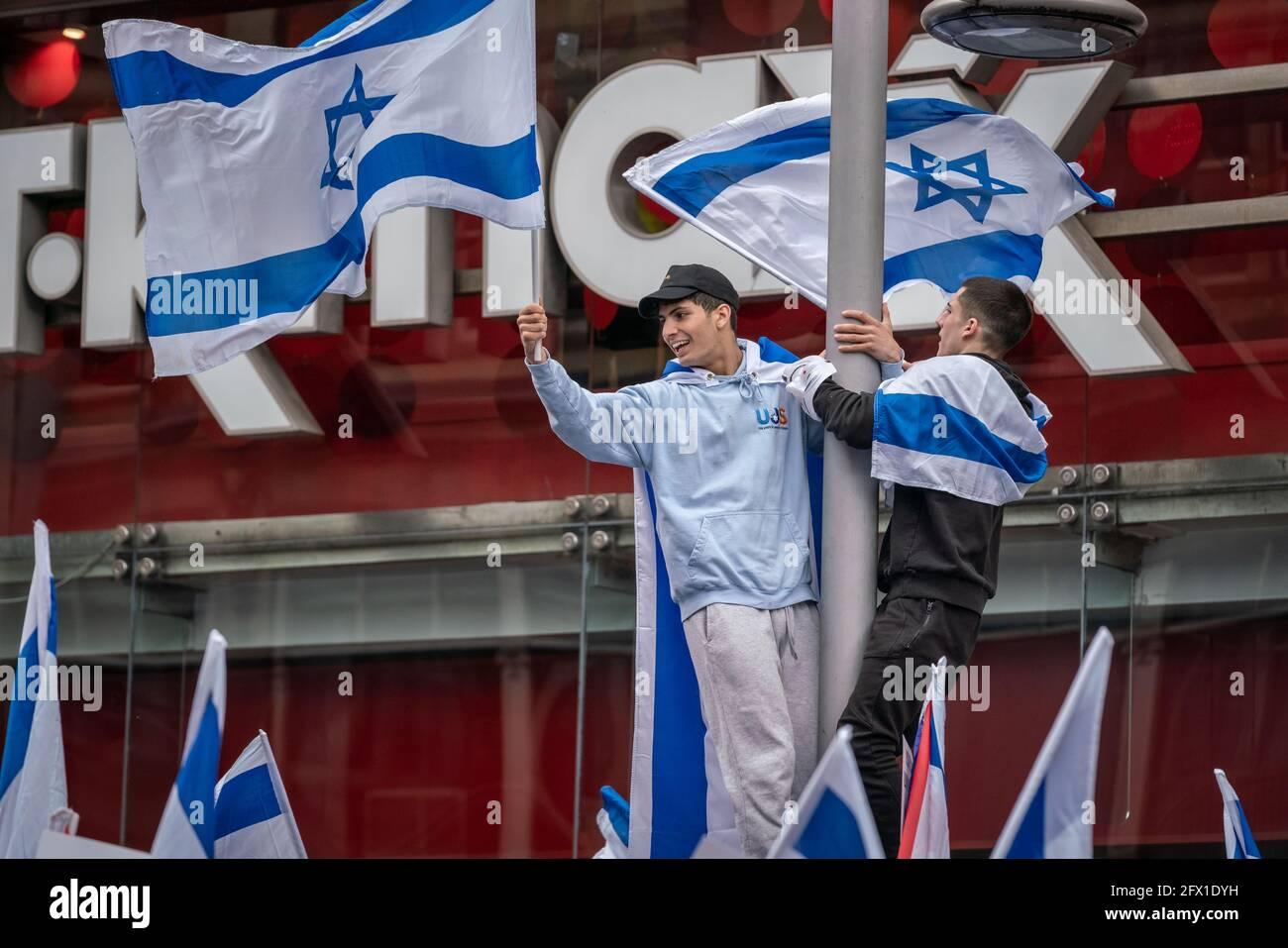 Rassemblement « solidarité avec Israël » près de l'ambassade d'Israël avec des centaines de pro-israéliens se sont rassemblés pour brandir les drapeaux israéliens. Londres, Royaume-Uni. Banque D'Images