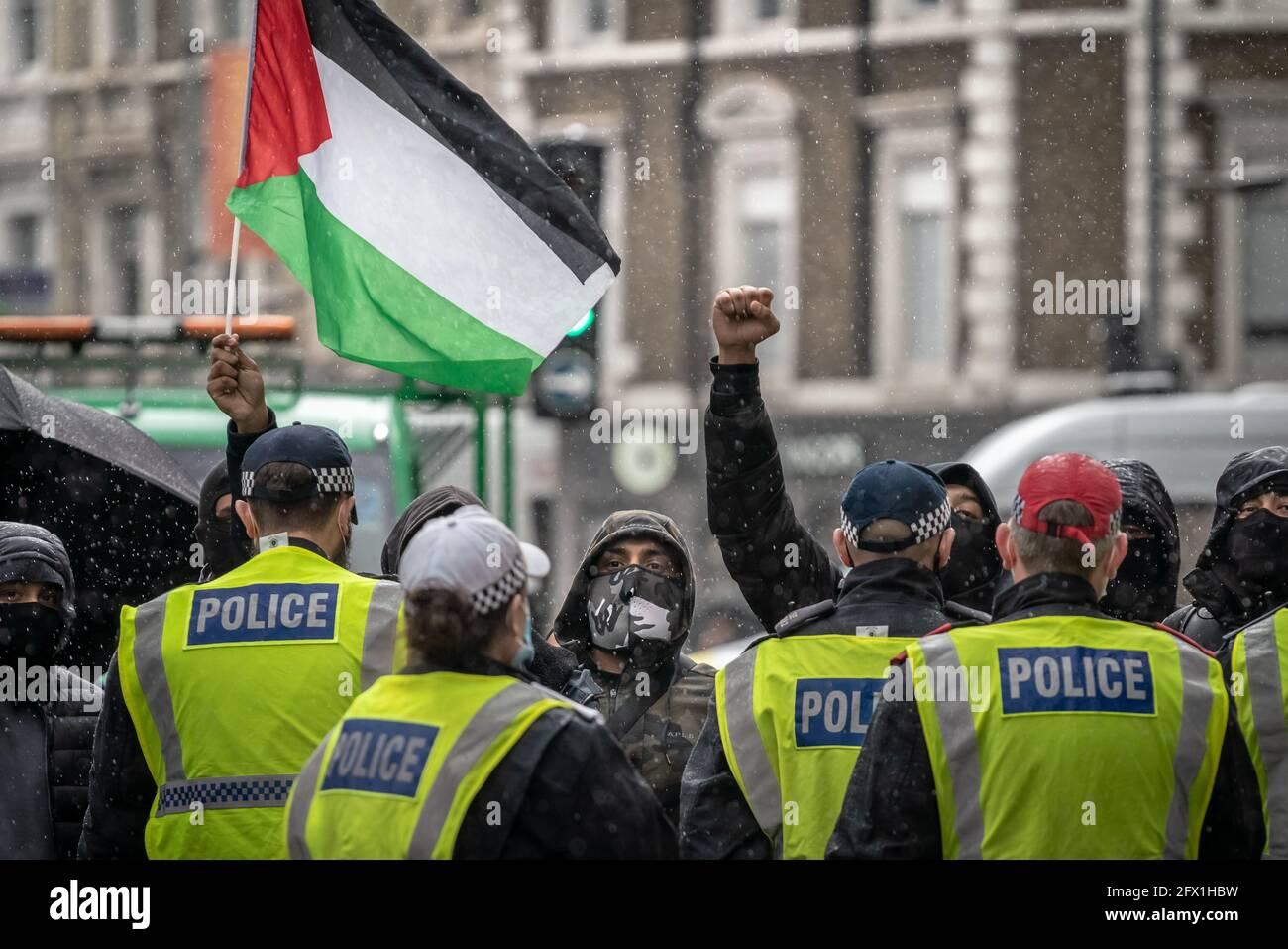 Les manifestants de la Palestine libre s'oppose à un rassemblement « solidarité avec Israël » près de l'ambassade d'Israël sous la présence de la police, Londres, Royaume-Uni. Banque D'Images