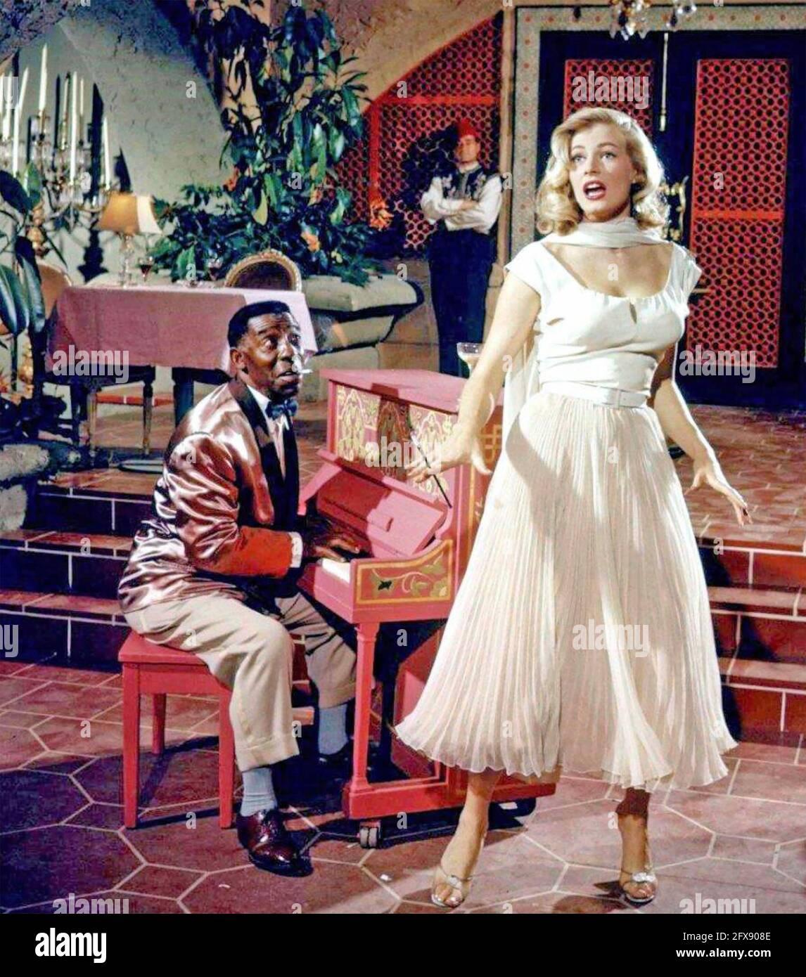 ANITA EKBERG (1931-2015) actrice suédoise de cinéma comme Katrina dans la version Warner Bros. 1955 du film Casablanca avec Clarence Muse sur piano Banque D'Images