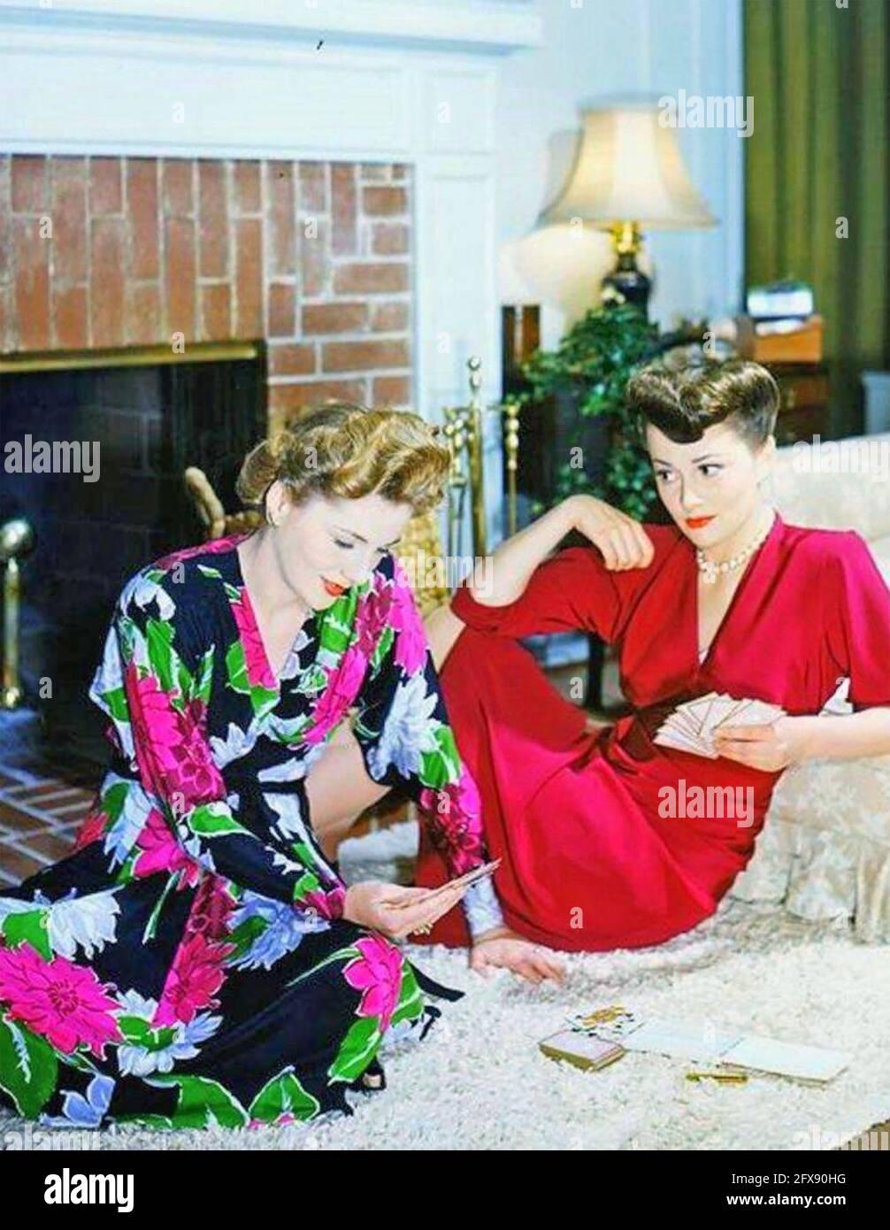 OLIVIA de HAVILLAND actrice britannique-américaine à droite avec elle Actrice sœur Joan Fontaine vers 1943 Banque D'Images