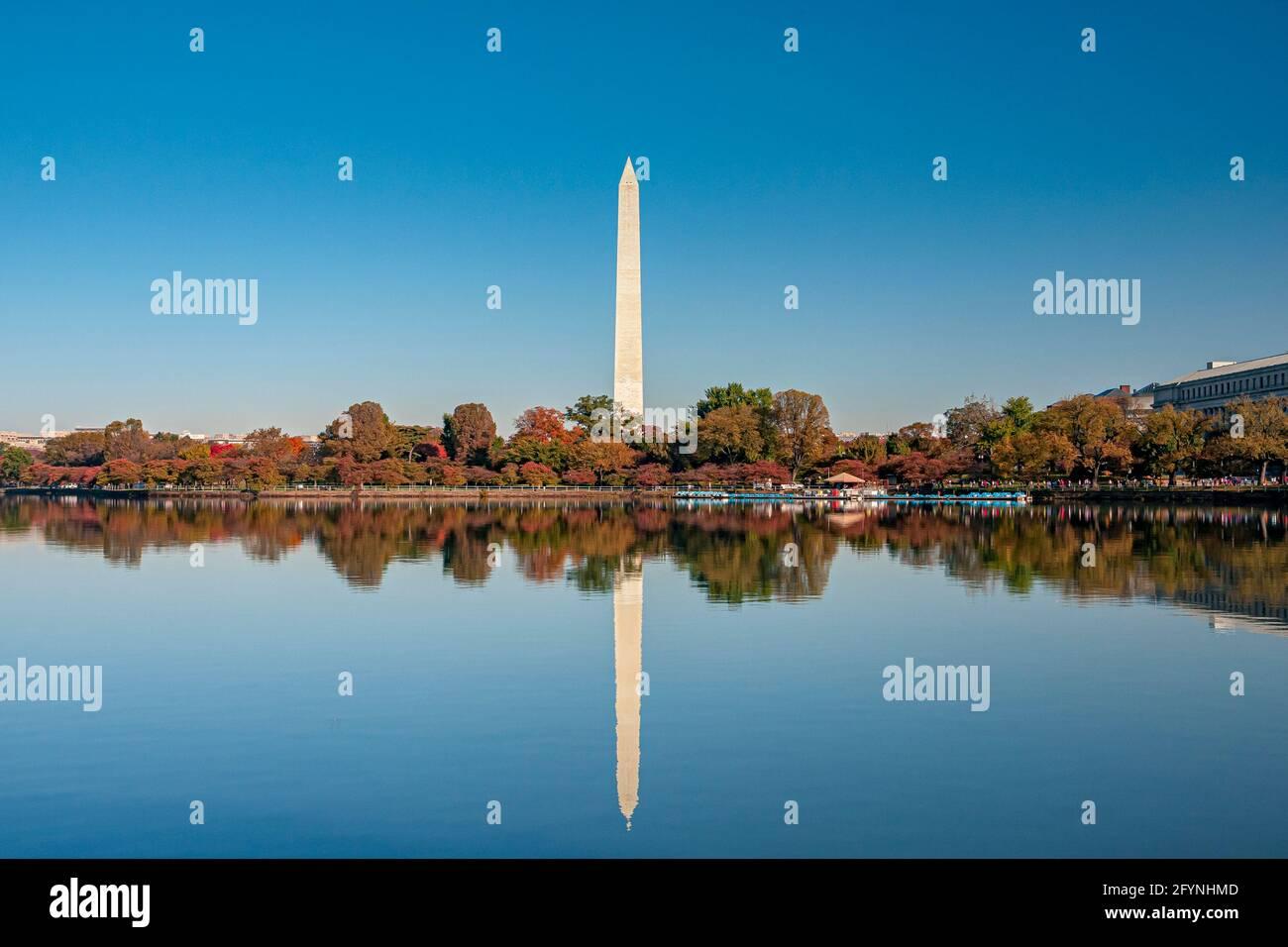 Le Washington Monument reflétait dans le Tidal Basin un grand obélisque construit pour commémorer George Washington sur le National Mall à Washington, D.C Banque D'Images