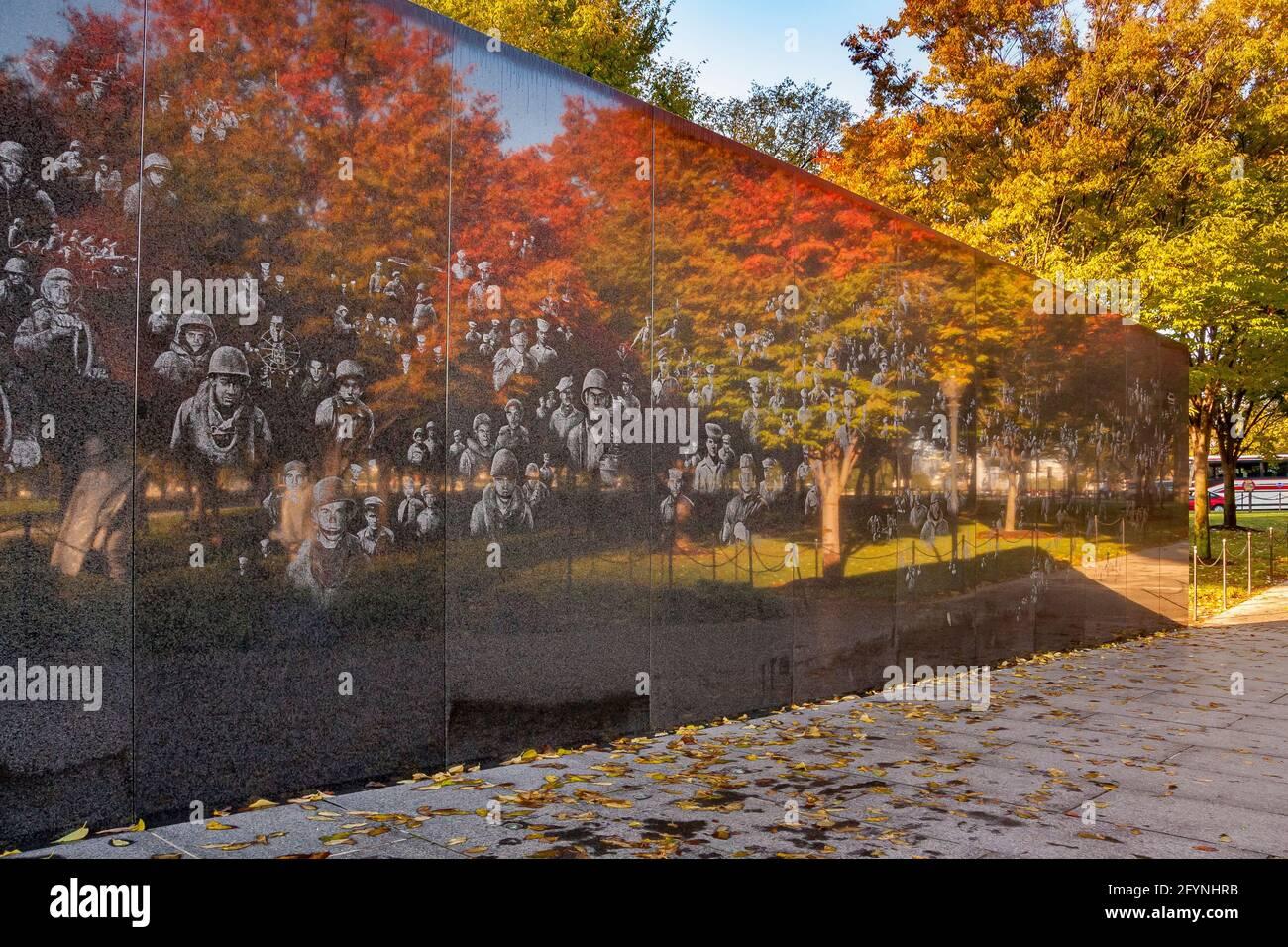 Des images photographiques de soldats et d'arbres automnaux se reflètent dans le mur en granit noir très poli du Mémorial de la guerre de Corée, Washington DC Banque D'Images