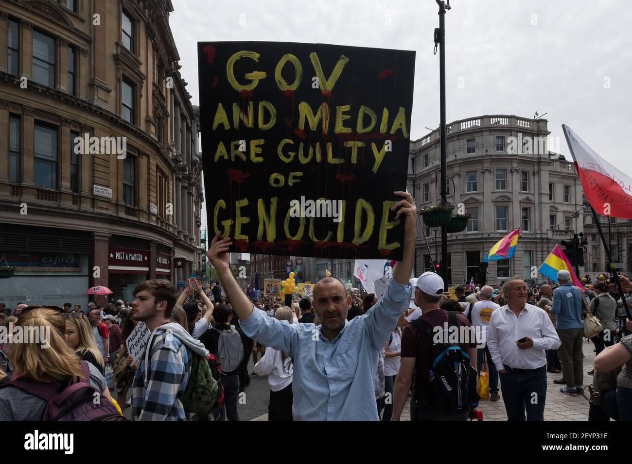 Londres, Royaume-Uni. 29 mai 2021. Des milliers de manifestants défilent dans le centre de Londres pour protester contre les restrictions et les législations imposées par le Gouvernement pour contrôler la propagation du coronavirus, des blocages, des masques faciaux obligatoires, des vaccins et des passeports vaccinaux. Crédit: Wiktor Szymanowicz/Alamy Live News Banque D'Images