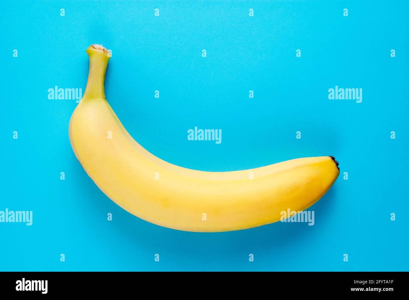 Simple plat de nourriture saine avec une banane fraîche sur bleu arrière-plan Banque D'Images