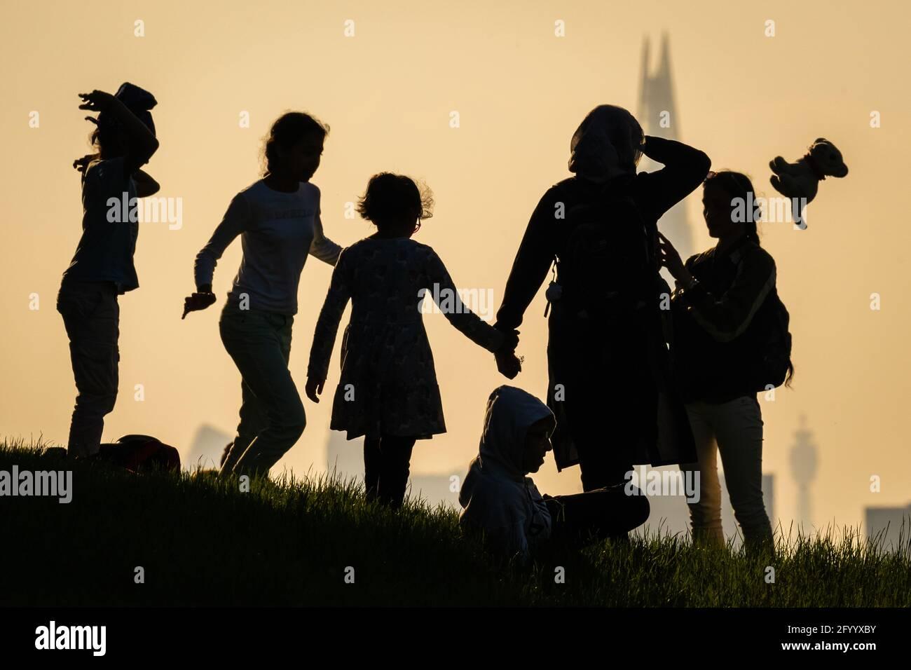 Londres, Royaume-Uni. 30 mai 2021. Météo au Royaume-Uni : coucher de soleil spectaculaire depuis le sommet de Greenwich Park alors que la vague de chaleur du week-end des fêtes commence avec des températures attendues jusqu'à 25 °C. Credit: Guy Corbishley/Alamy Live News Banque D'Images