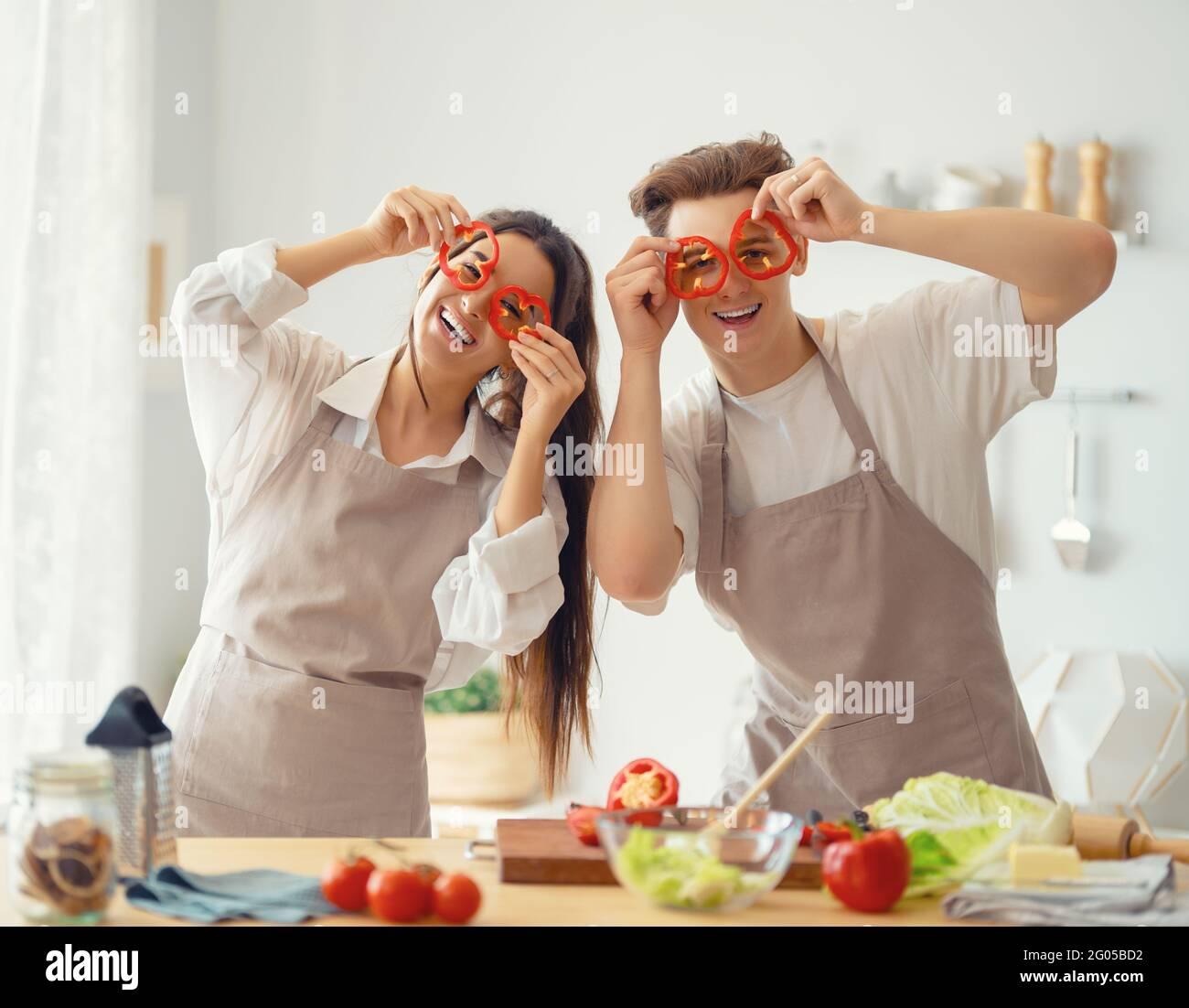 Une alimentation saine à la maison. Le couple heureux aimant prépare le bon repas dans la cuisine. Banque D'Images