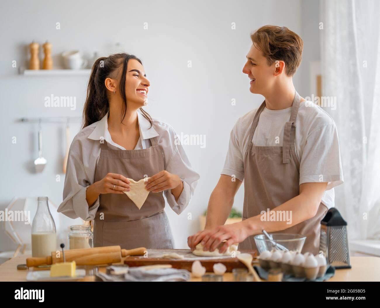 Le couple heureux aimant prépare la pâtisserie dans la cuisine. Banque D'Images