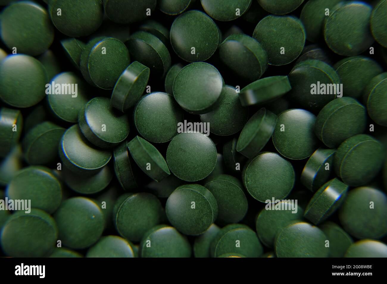 Spiruline vert pilules fond. Comprimés verts d'algues Spirulina. Banque D'Images