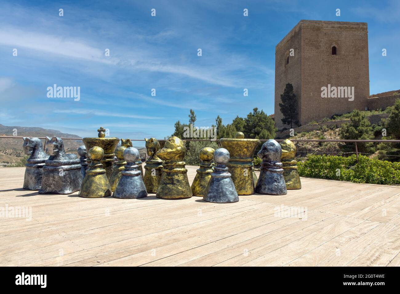 Dans le château médiéval de Lorca, Espagne. Échecs géants sur une plate-forme avec vue sur la tour de défense Banque D'Images