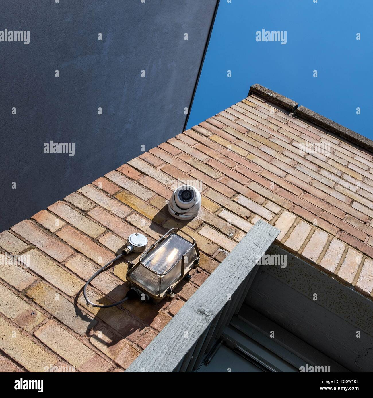 Epsom Surrey Londres, Royaume-Uni, juin 03 2021, UNE caméra de vidéosurveillance de sécurité fixée à un mur de briques externe Banque D'Images