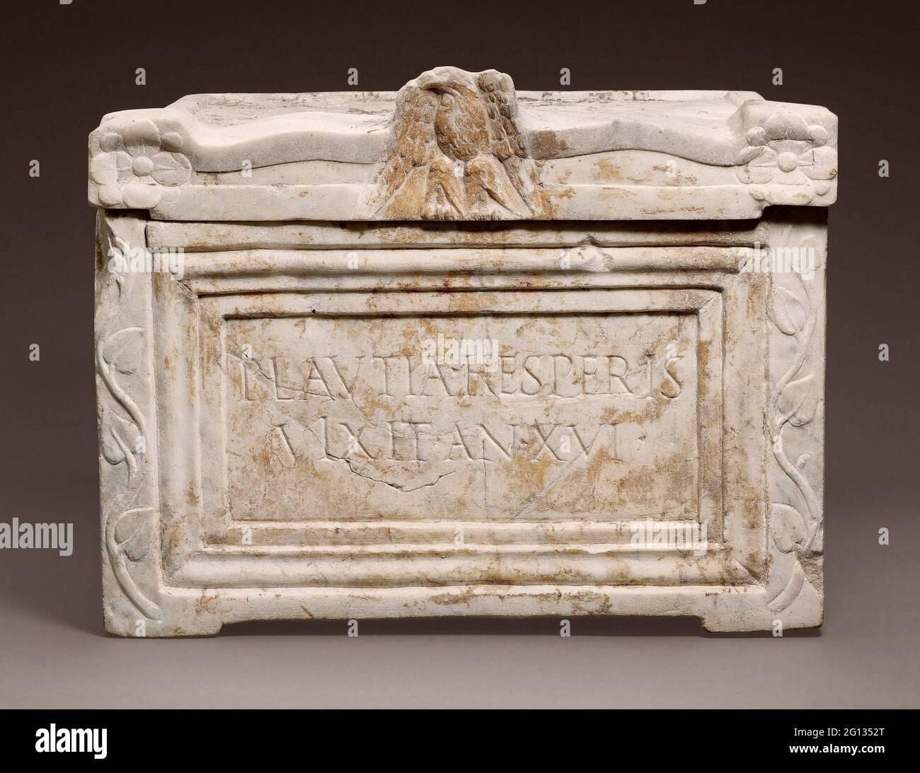 Auteur: Ancien romain. Ccinerary Urn de Platia Hesperis - 1er siècle AD - Roman. Marbre. 1 AD - 100 AD. Italie. Banque D'Images