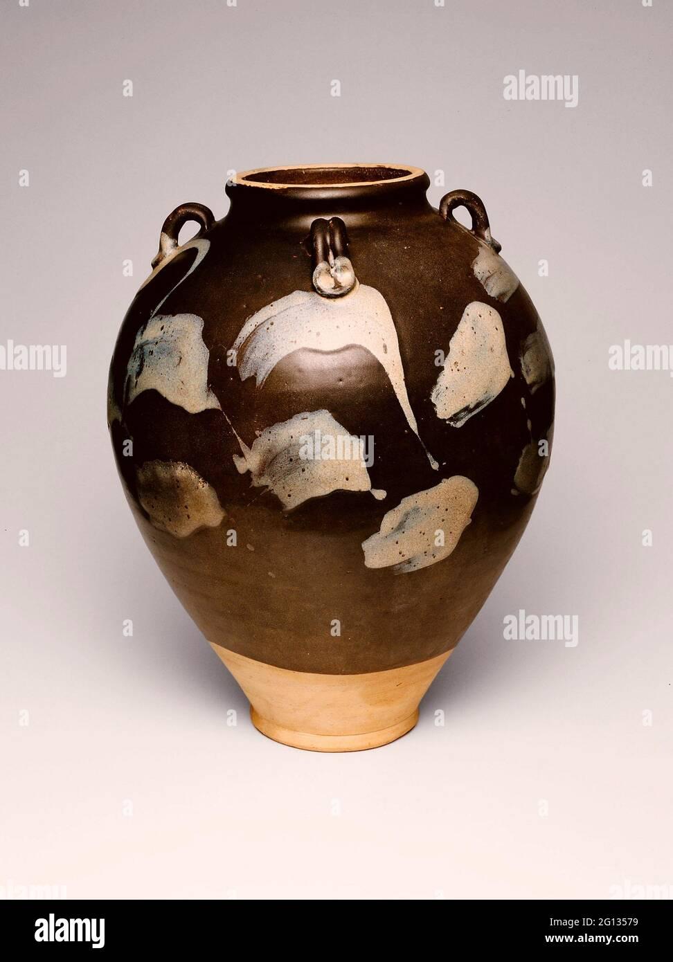 Bocal ovoïde - dynastie Tang (618 - 907), 8ème/9ème siècle - Chine, probablement province de Henan. Verres de Lushan; grès brun-fer et éclaboussé Banque D'Images