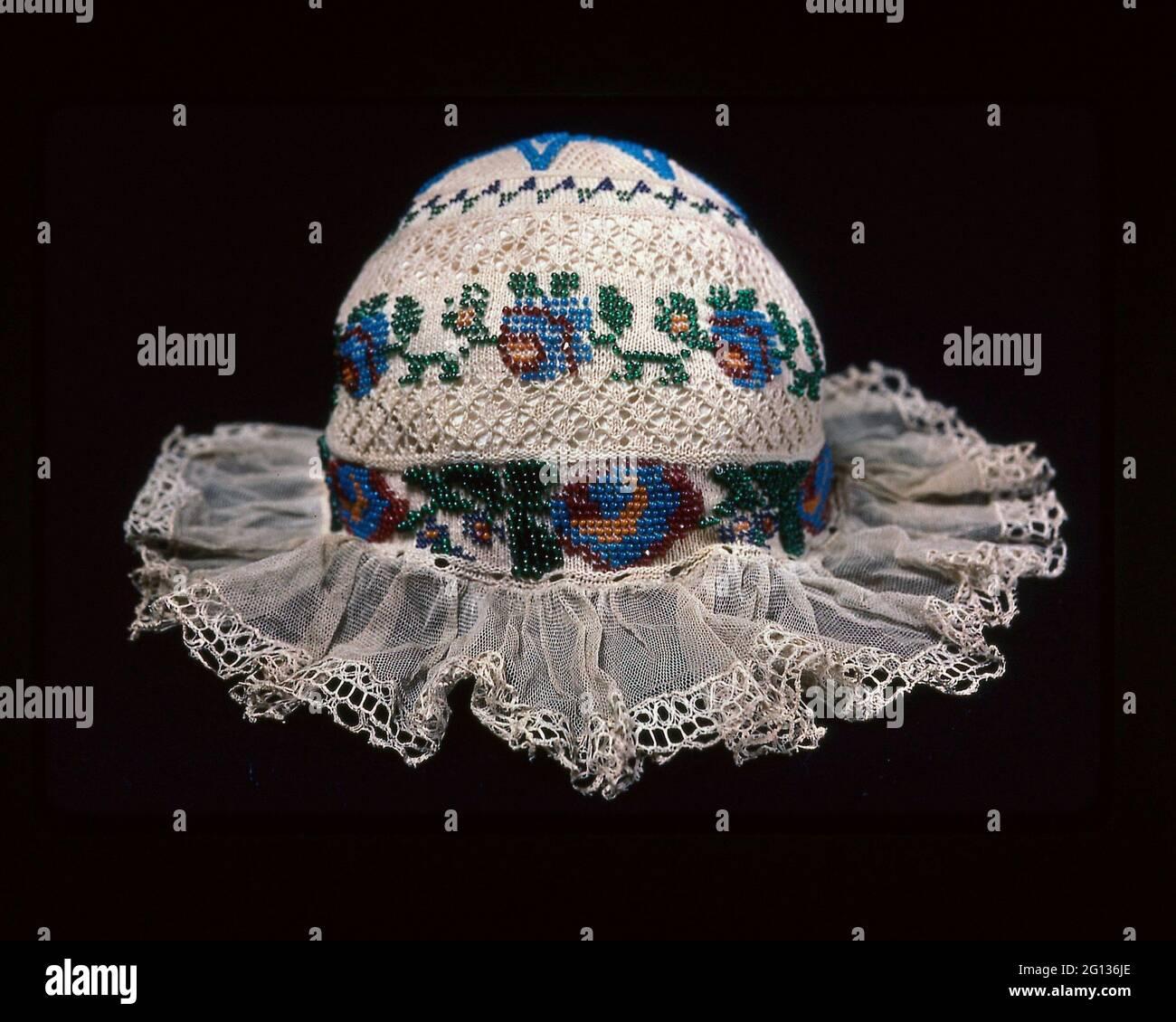Enfant - s Cap - 19e siècle - Europe. Coton, tricot Uni avec dentelle bobin de coton; bordé de dentelle bobbin de lin; coton, liens tissés Unis; verre Banque D'Images